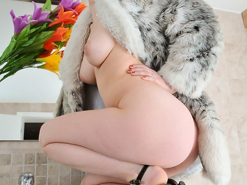 Hairy amateur Benji spreads natural snatch