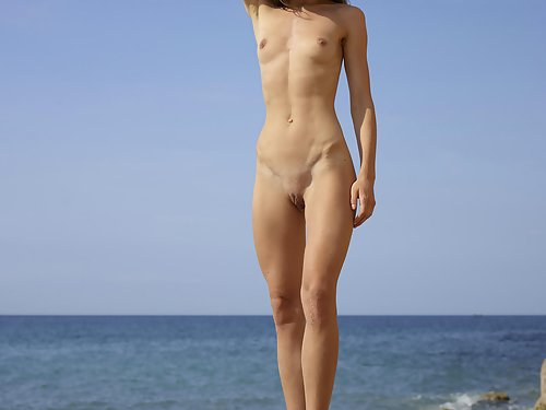 Naturally beautiful Marcelina sunbathes naked by the ocean