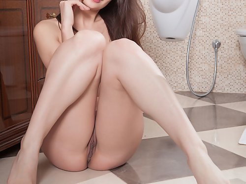 Brunette with meaty pussy lips showering