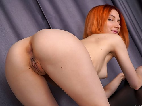 Redhead amateur spreads her holes