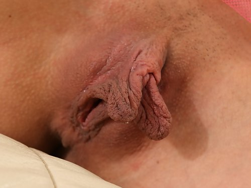 Black-haired babe with huge pussy lips toying